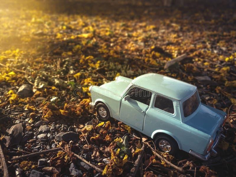 Brinque o carro no fundo da natureza da estrada, filtro do vintage imagens de stock royalty free