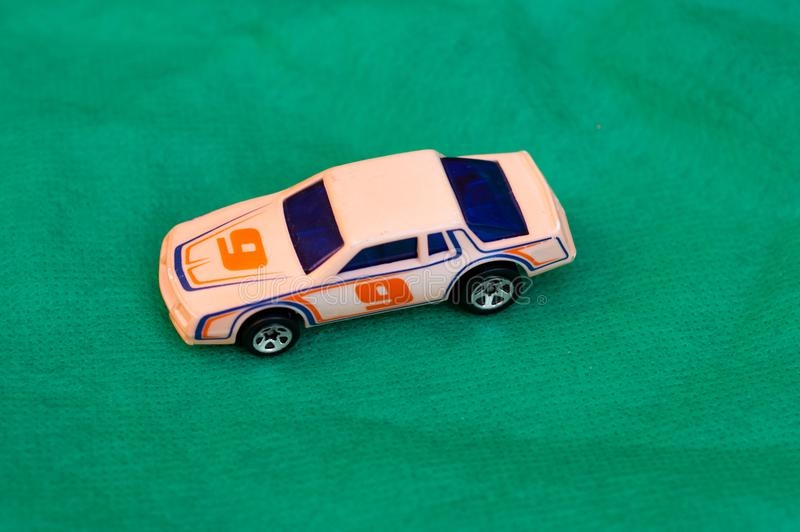 Brinquedo amarelo do carro de corridas/amarelo da competência imagens de stock