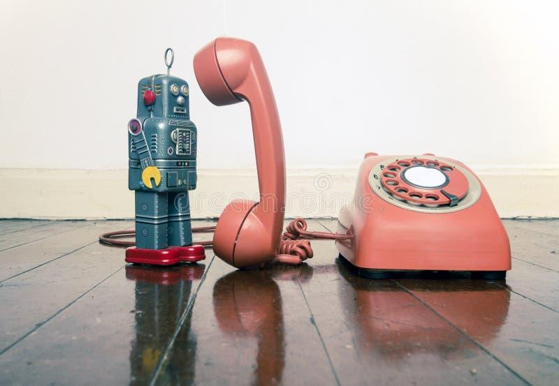 Brinquedo cinzento do robô do vintage na posição do telefone imagens de stock royalty free
