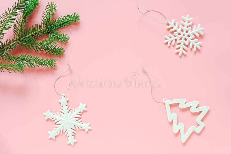 Brinquedo da árvore da decoração de três White Christmas no ramo do abeto no espaço cor-de-rosa da cópia do fundo Feliz Natal do  imagens de stock