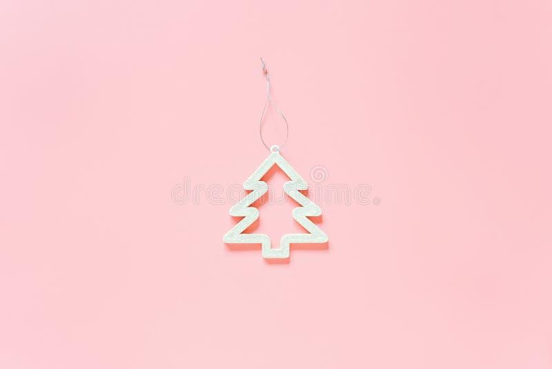 Brinquedo da árvore da decoração do White Christmas no fundo cor-de-rosa com espaço da cópia Feliz Natal do conceito ou ano novo  imagem de stock royalty free