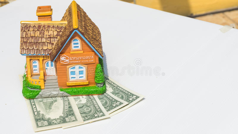 Brinquedo da casa em cédulas do dinheiro foto de stock royalty free