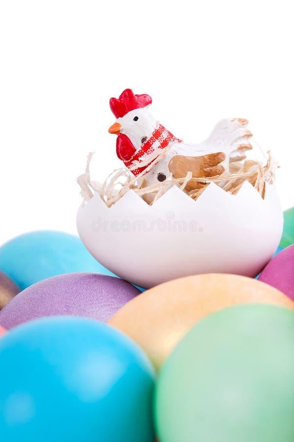Brinquedo da galinha em ovos da páscoa fotos de stock royalty free