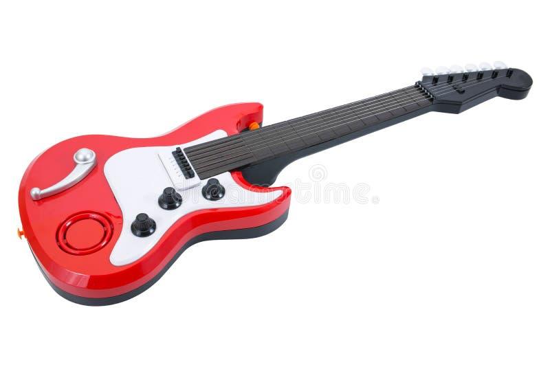 Brinquedo da guitarra isolado no fundo branco O brinquedo vermelho da guitarra isolou-se foto de stock royalty free