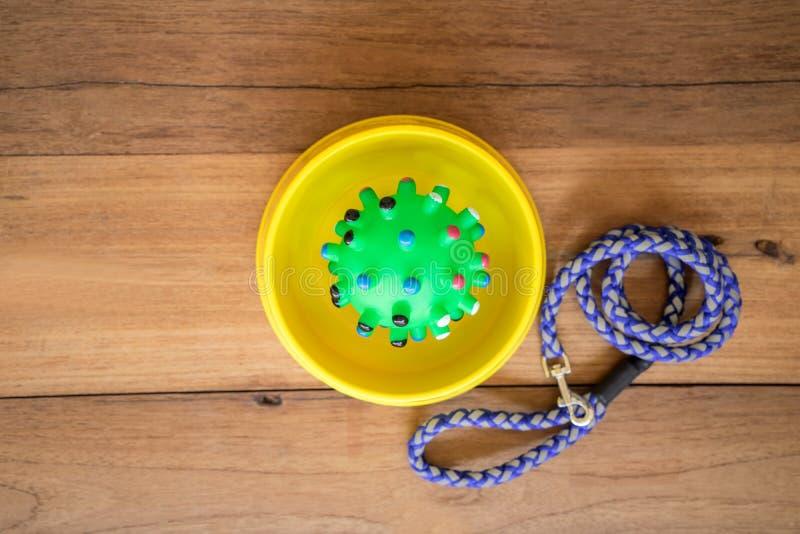 Brinquedo de borracha na bacia no fundo de madeira imagem de stock royalty free