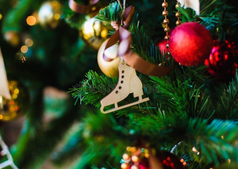 Brinquedo de madeira do Natal sob a forma de uma figura patim fotografia de stock