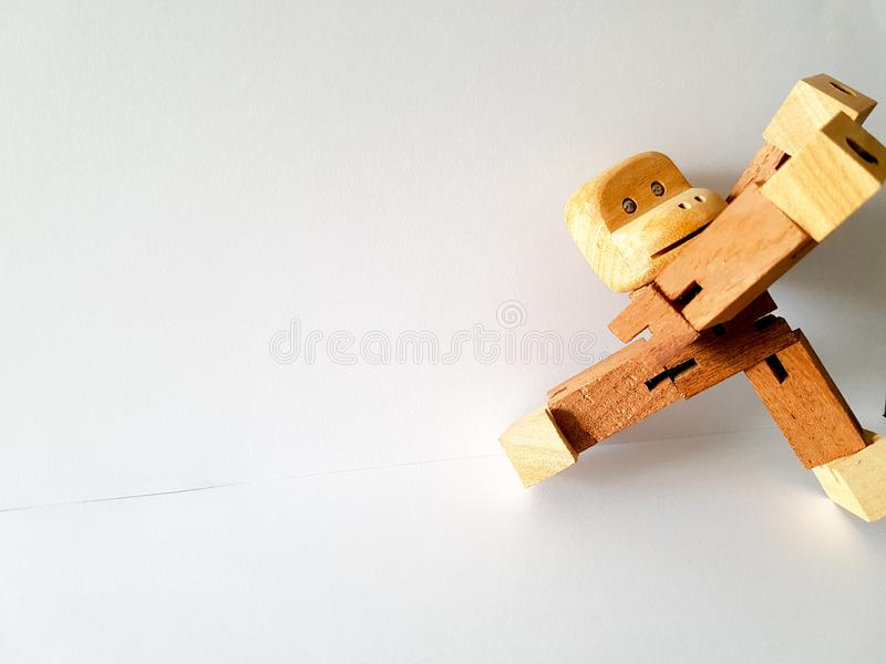 Brinquedo de madeira Brinquedo engraçado do macaco no fundo branco imagem de stock