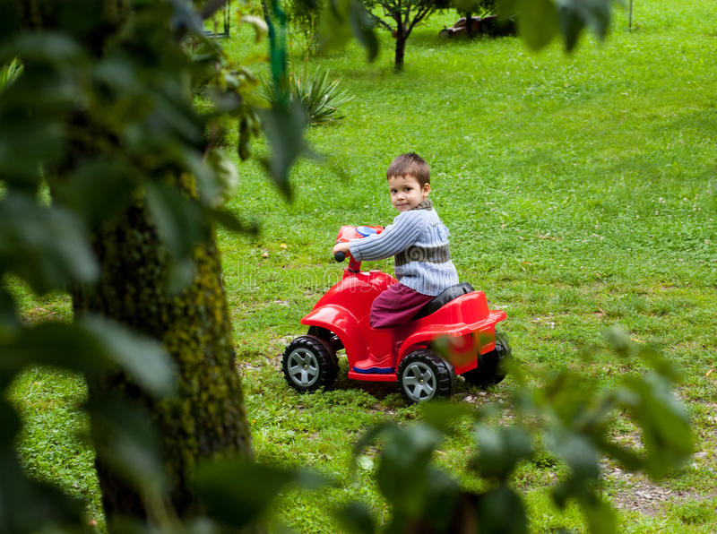 Brinquedo do atv da equitação do menino foto de stock royalty free