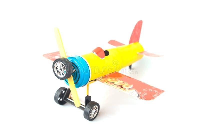 Brinquedo do avião feito de papel e de lixo não utilizados foto de stock