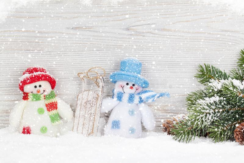 Brinquedo do boneco de neve do Natal, decoração e ramo de árvore do abeto imagens de stock