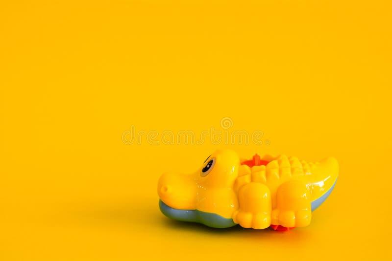 Brinquedo do crocodilo isolado fotos de stock royalty free