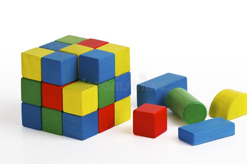 Brinquedo do cubo do enigma de serra de vaivém, blocos de madeira multicoloridos fotos de stock