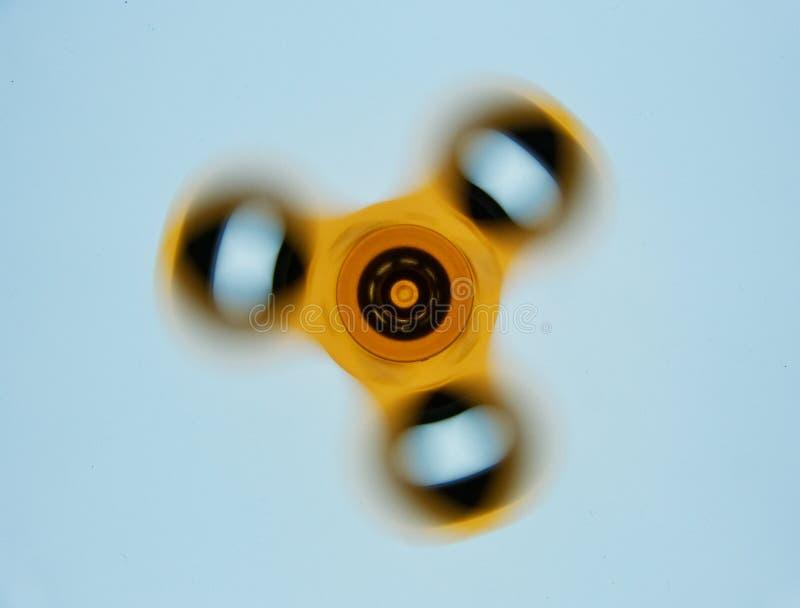 Brinquedo do girador da inquietação na ação no fundo branco fotografia de stock