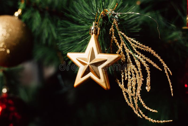 Brinquedo do Natal na árvore de Natal Bola decorada da árvore de Natal Fim da bola do Natal acima Foco seletivo fotos de stock