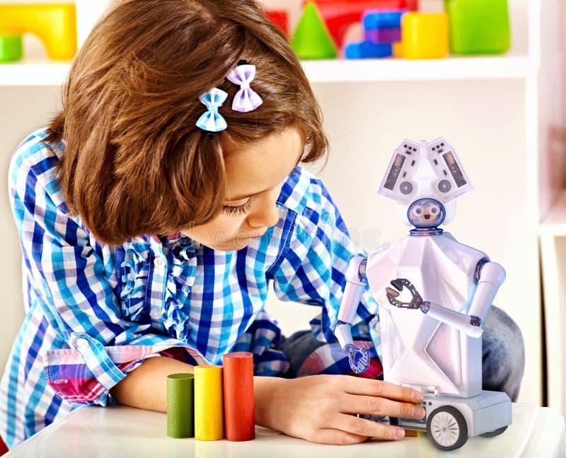 Brinquedo do robô da construção da criança Robótica contratada criança em classes de programação fotografia de stock