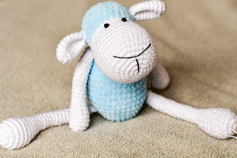 Brinquedo dos carneiros na cama fotos de stock