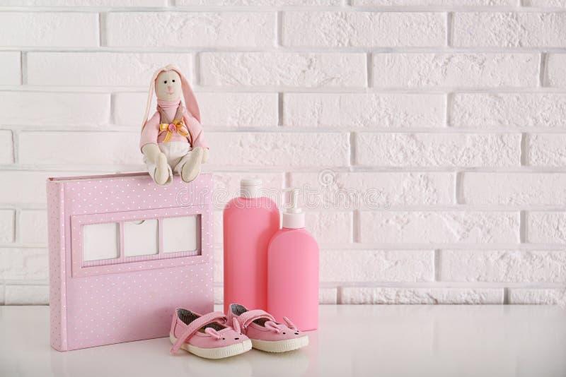 Brinquedo enchido com os acessórios para a sala do bebê interior na tabela imagem de stock royalty free
