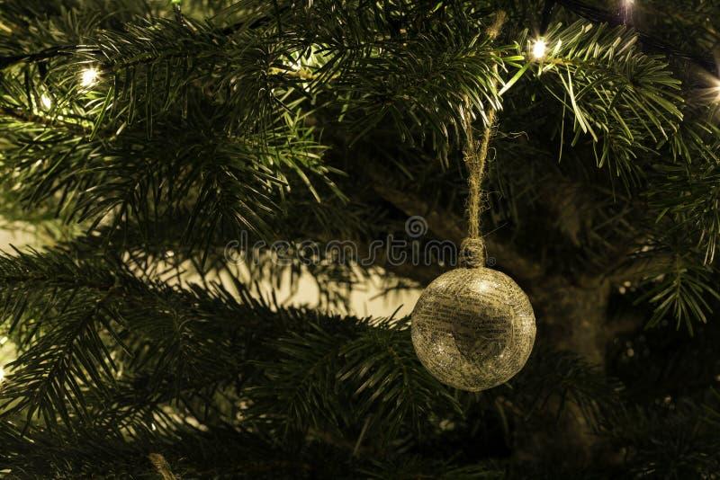 Brinquedo feito à mão do Natal na árvore imagem de stock