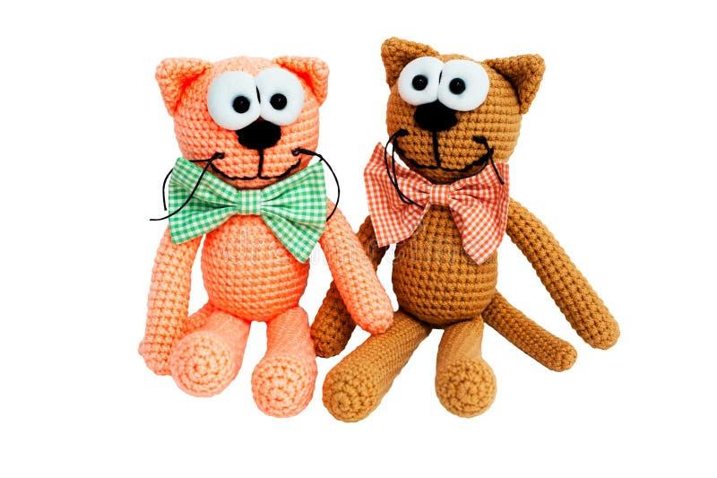 Brinquedo feito malha - dois gatos de assento imagens de stock royalty free