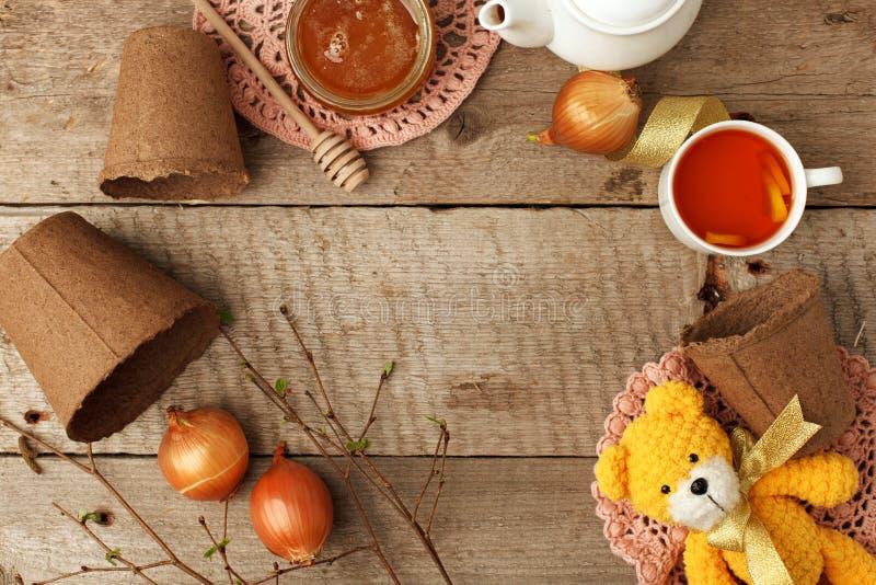 Brinquedo feito malha feito a mão, urso engraçado fazendo crochê amarelo no fundo de madeira do vintage Adorável fazer croch fotografia de stock royalty free