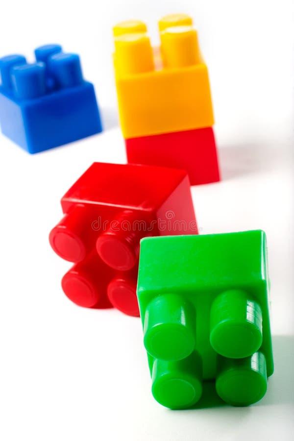 Brinquedo isolado colorido dos blocos de apartamentos fotos de stock