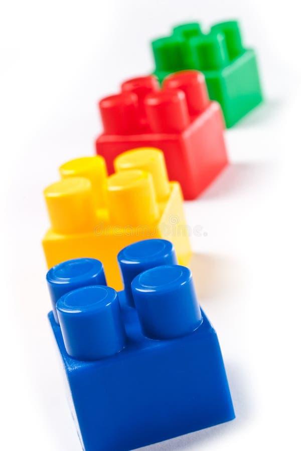 Brinquedo isolado colorido dos blocos de apartamentos foto de stock