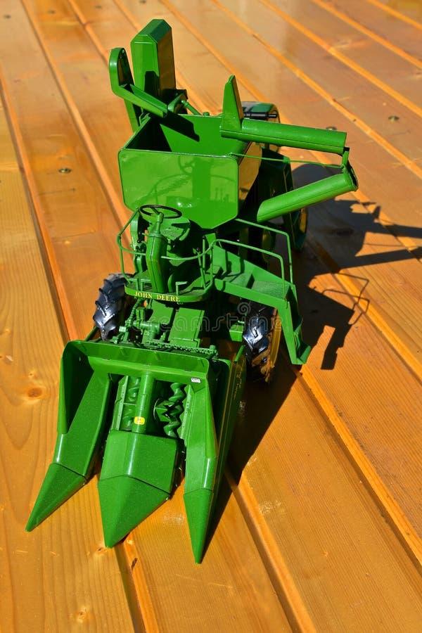 Brinquedo John Deere Corn Picker de duas fileiras imagem de stock