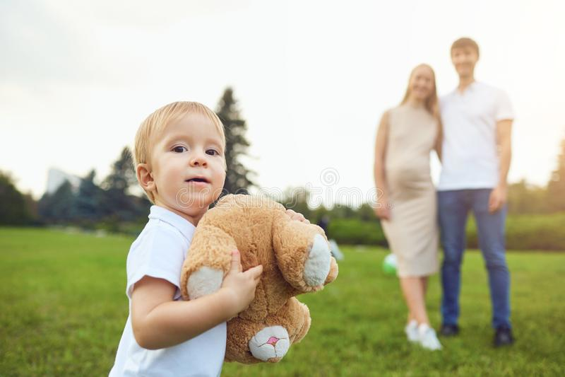 Brinquedo levando do menino adorável no parque com pais foto de stock royalty free