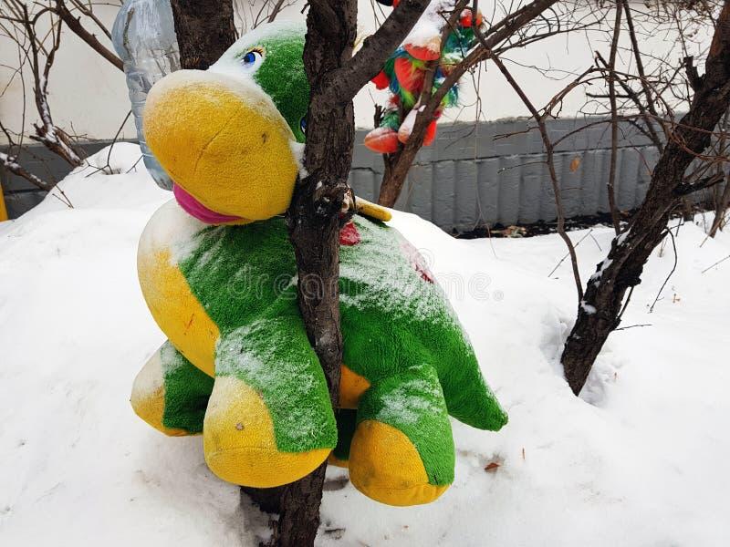 Brinquedo macio grande na árvore fotografia de stock royalty free