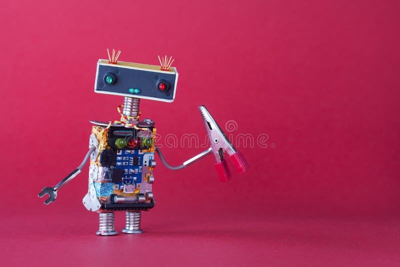 Brinquedo robótico amigável do trabalhador manual com alicates vermelhos Espaço cor-de-rosa da cópia do fundo imagens de stock