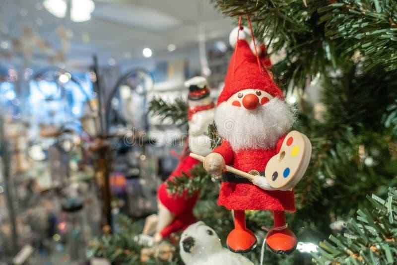 Brinquedo Santa Cláusula pendurado na árvore de natal fotografia de stock