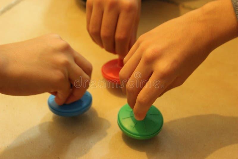 Brinquedo tradicional judaico do chanuka Crianças que jogam com driedles coloridos imagens de stock