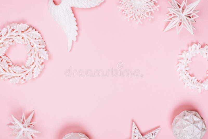 Brinquedos bonitos brancos diferentes do Natal no fundo pastel cor-de-rosa foto de stock royalty free