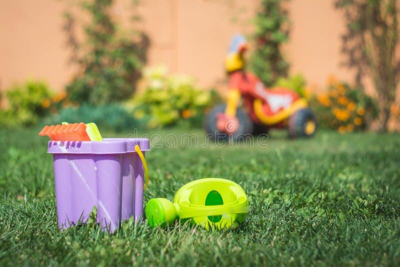 Brinquedos coloridos da praia com o triciclo das crianças imagem de stock royalty free