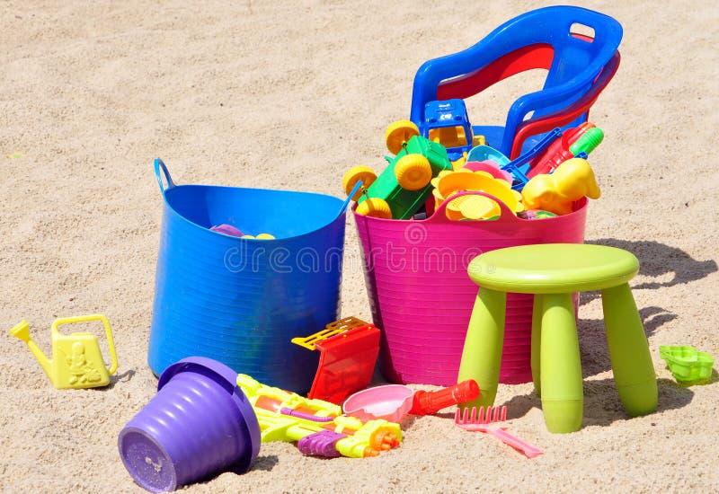 Brinquedos coloridos das crianças na caixa de areia fotografia de stock