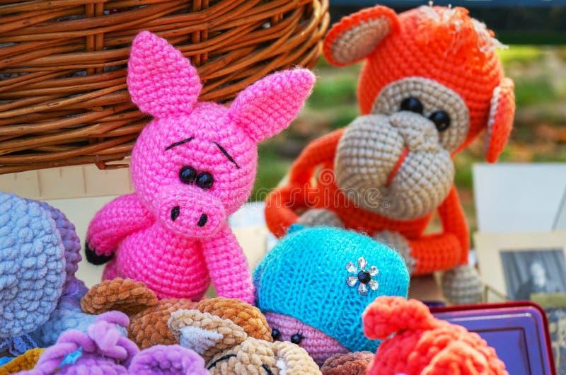 Brinquedos coloridos feitos malha de animais diferentes em uma loja de lembrança da rua imagens de stock royalty free