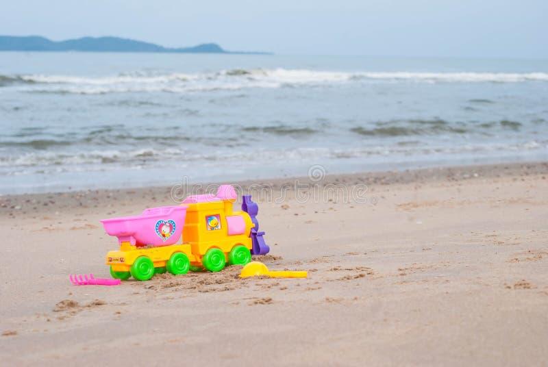 Brinquedos coloridos para as caixas de areia das crianças contra o mar e ser foto de stock royalty free