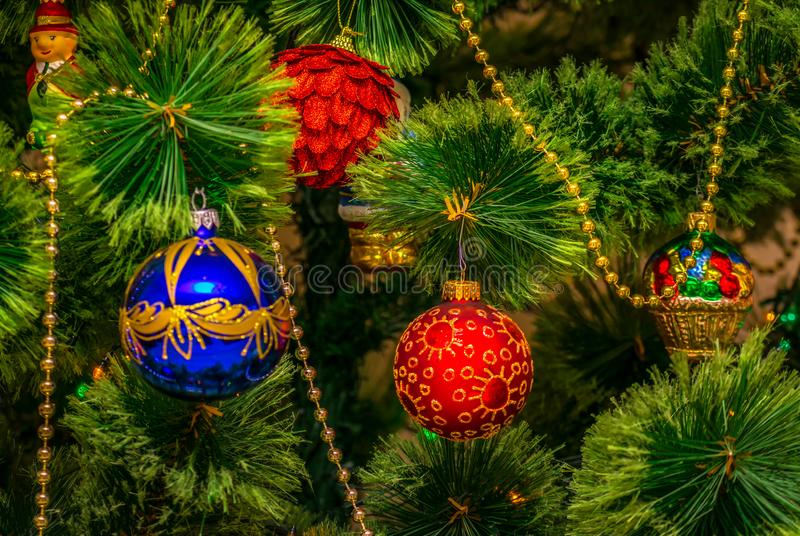 Brinquedos da árvore de Chistmas, na árvore de Natal foto de stock royalty free