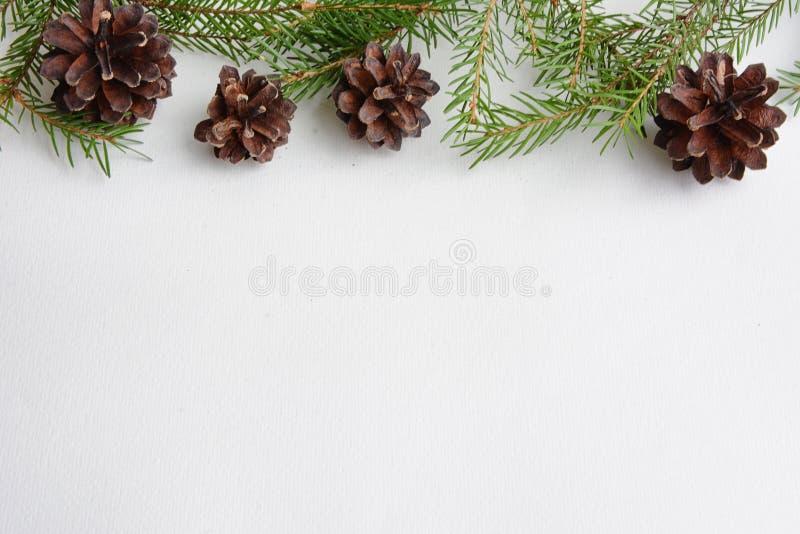 Brinquedos da árvore de Natal em um fundo branco Decorações do Natal imagens de stock royalty free