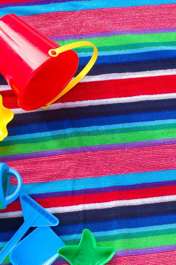 Brinquedos da praia na toalha fotografia de stock