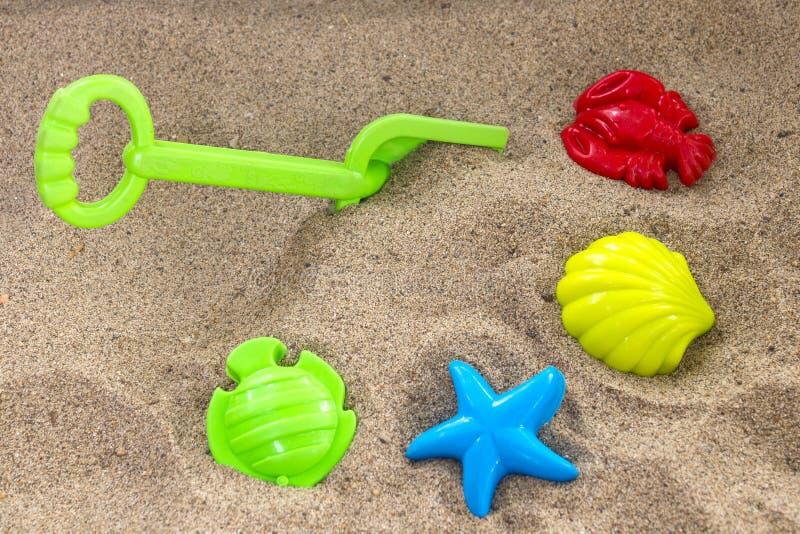 Brinquedos das crianças na areia imagens de stock royalty free