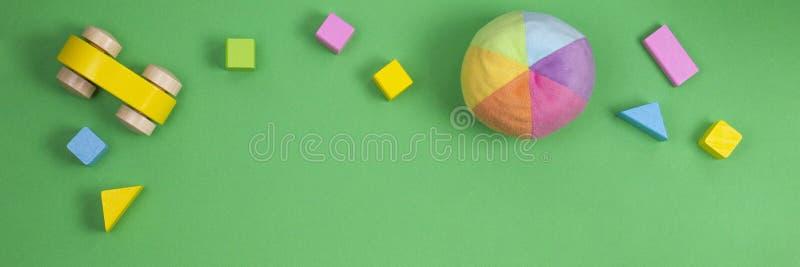 Brinquedos das crianças no fundo verde da bandeira Vista superior, configura??o lisa imagem de stock