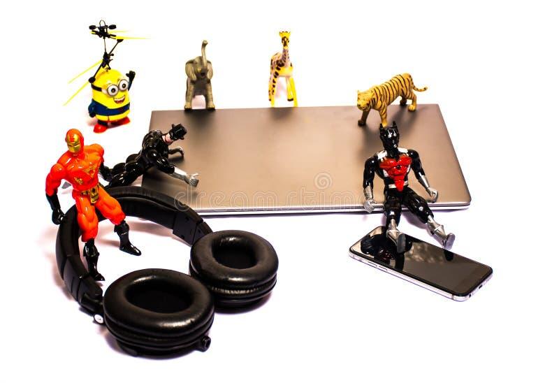 Brinquedos de 2 gerações um conceito que mostra emoções de uma criança imagens de stock royalty free