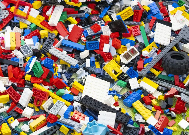 Brinquedos de Lego Brick misturados na terra fotos de stock royalty free