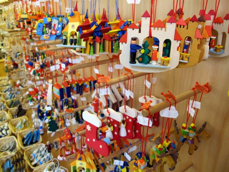 Brinquedos de madeira coloridos da exposição da decoração do Natal fotografia de stock