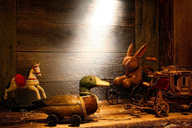 Brinquedos de madeira da antiguidade e do vintage no sótão velho da casa foto de stock royalty free
