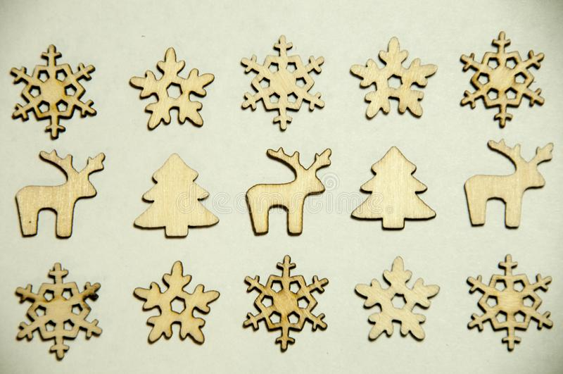 Brinquedos de madeira no fundo branco Abetos, snowflakesdeers e fotos de stock