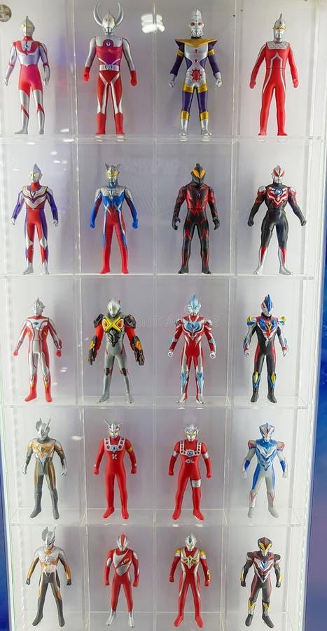Brinquedos de Ultraman na prateleira de exposição fotografia de stock