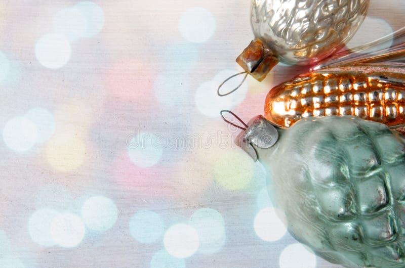 Brinquedos de vidro retros do Natal em luzes do xmas imagem de stock