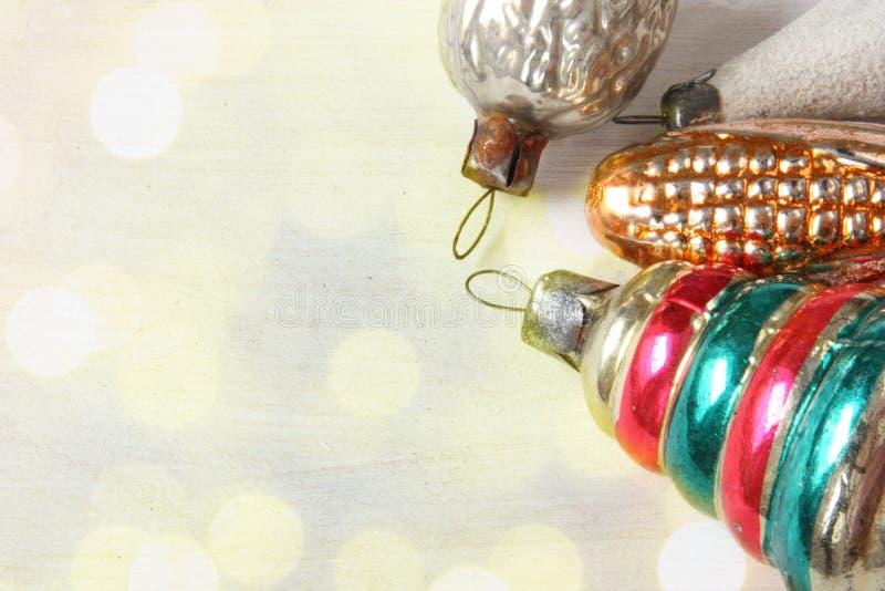 Brinquedos de vidro retros do Natal em luzes do xmas imagem de stock royalty free